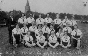 Groepsportret uit 1928 van enkele dames van de gymnastiekvereniging Kracht & Vlugheid met hun trainer op, vermoedelijk, het sportterrein aan de Amsterdamsestraatweg te Zuilen ten noorden van het Julianapark. Uit het Utrechts Archief